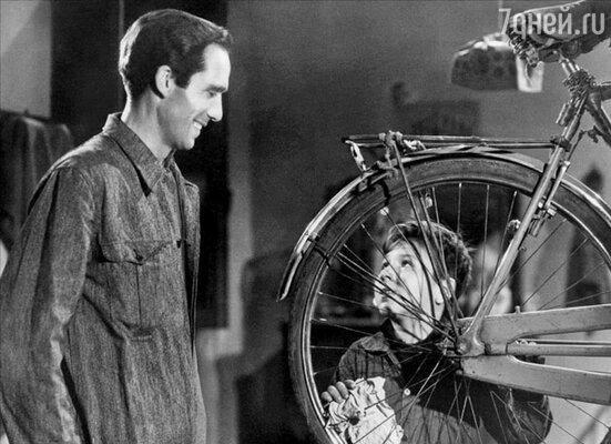 После «Похитителей велосипедов» американцы открыли для себя кино-Европу – и два десятилетия именно европейское кино задавало тон продукции Голливуда. (Кадр из фильма «Похитители велосипедов»)