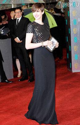 Звезда «Дьявол носит Prada» Энн Хэтэуэй появилась на церемонии BAFTA в черном платье в пол