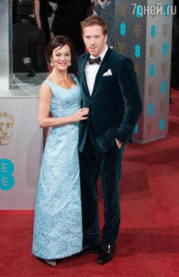 Среди гостей церемонии были Дэмиэн Льюис (вельветовый костюм темного цвета морской волны) с женой Хелен МакРори (бледно-голубое платье)