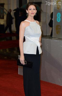 Дженнифер Гарнер выбрала платье «Roland Mouret», сумочка «Roger Vivier», ювелирные изделия «Forever Mark»