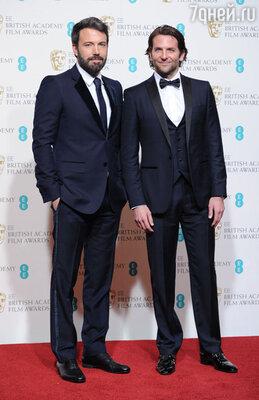Бен Аффлек был  с ног до головы одет в «Gucci», основу «лука» составил костюм цвета мокрого асфальта. Брэдли Купер был великолепен в синем костюме с черными лацканами от «Ferragamo»