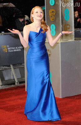 Джессика Честейн блистала на ковровой дорожке в ярко-синем платье от «Roland Mouret», туфлях «Jimmy Choo» и драгоценностях «Harry Winston»