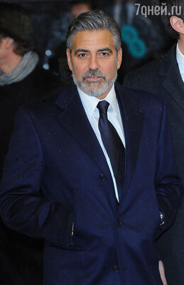 В темно-синем костюме с черными лацканами великолепно смотрелся завидный холостяк Джордж Клуни