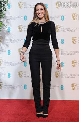 Сара Джессика Паркер появилась на красной дорожке в черном комбинезоне «Elie Saab», туфлях «Jean-Michel Cazabat» и с клатчем «VBH». На актрисе также были часы «Jaeger-LeCoultre», кольца, серьги и ожерелье из коллекции «FL» и браслеты «Fenton»