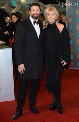 Черный костюм выбрал и Хью Джекман, появившийся на дорожке со своей супругой Деборой-Ли Фернисс (во всем черном!)