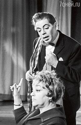 «Руфь следовала замужем повсюду. Дажеввойну она не побоялась ездить сРайкиным пофронтовым концертам, хотя дляэтого пришлось оставить трехлетнюю дочку вТашкенте на попечении посторонней женщины». Аркадий Райкин с женой на сцене Театра миниатюр. 1963 г.