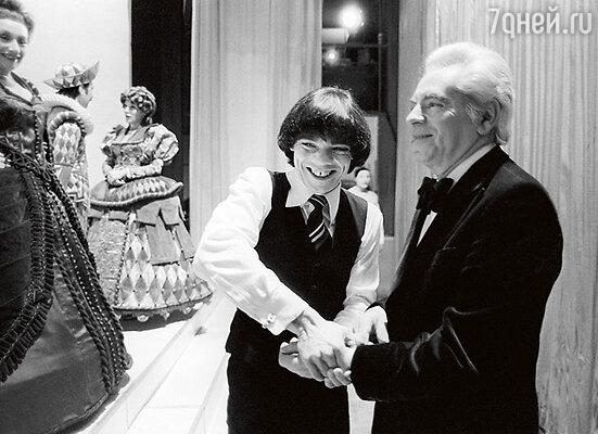 Аркадий Райкин с сыном Константином в Ленинградском театре миниатюр в день своего70-летия. 1981 г.
