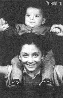 Дочь Райкиных Катя с братом Костей. 1950 г.