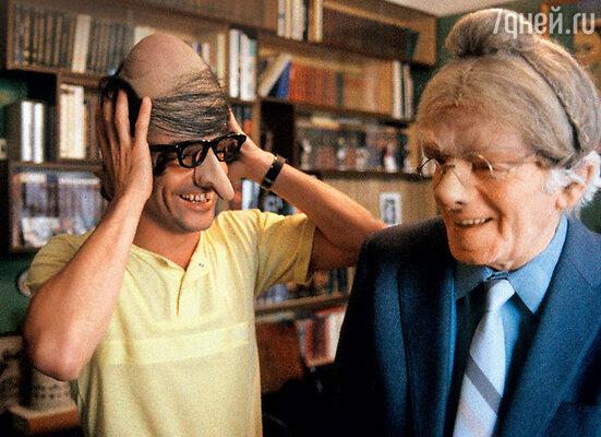 Маски и парики помогали Райкину мгновенно перевоплощаться в самых разных комических персонажей. Аркадий и Константин Райкины. 1987 г.