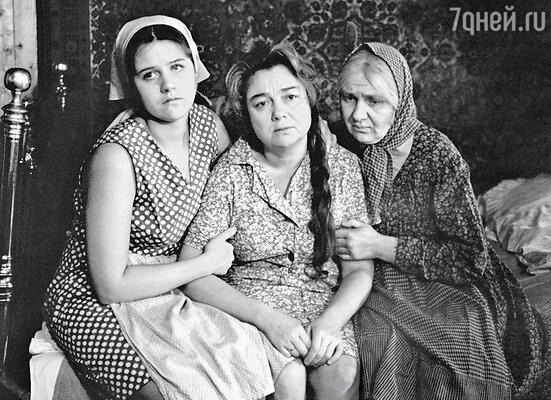 С Ниной Дорошиной иНатальей Теняковой. Кадр из фильма «Любовь иголуби». 1984 г.