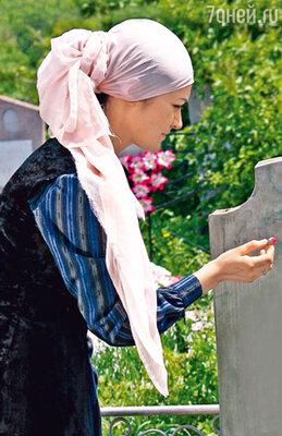Однажды кольцо соскользнуло с пальца актрисы Ирины Денисовой и потерялось во время съемок на кладбище...