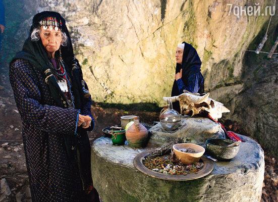 ...в другой раз ценный реквизит пропал во время сцен, которые по сюжету разворачиваются в пещере древней колдуньи (Тамара Жемчугова-Бутырская)