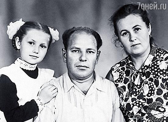 С папой и мамой. Родители развелись, когда мне было десять лет