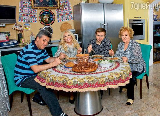 В нашем доме в пригороде Киева с моей мамой и Денисом