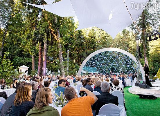 И амфитеатр для оркестра, и сцену, и места для зрителей соорудили прямо на дачном участке поэта