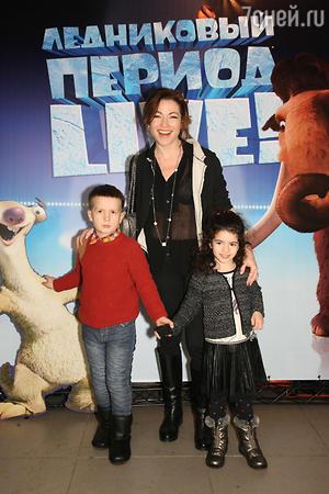 Алена Хмельницкая с с дочкой Ксюшей и сыном Вилли Хапсало-Сандро