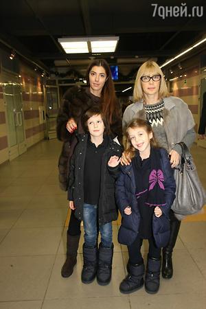 Вера Глаголева с дочкой Машей ,внуками Кириллом и Полиной