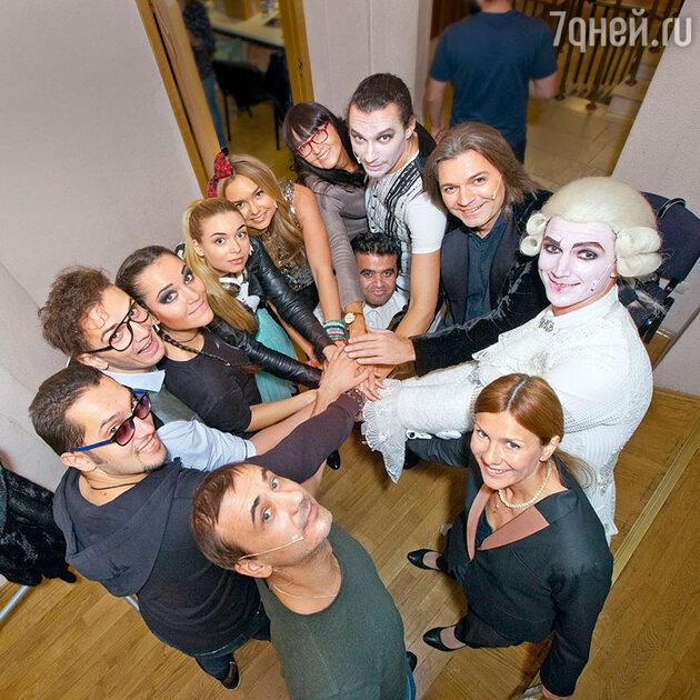 Дмитрий и Стеша с участниками спектакля «Перевернуть игру» перед московской премьерой