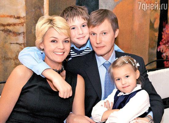 Юлия Меньшова и Игорь Гордин с детьми Тасей и Андреем