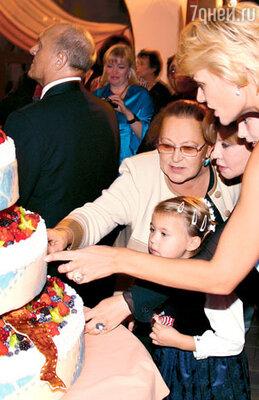 Раиса Рязанова помогает разрезать юбилейный торт