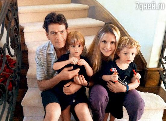 Чарли Шин с бывшей женой Брук Мюллер исыновьями Максом иБобом