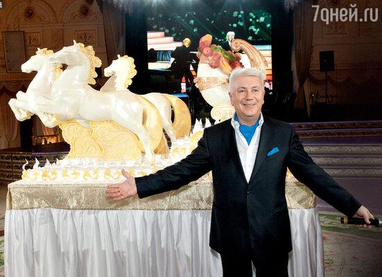 Владимир Натанович уюбилейного торта весом в 20 килограммов