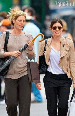 С будущей свекровью Линн Харлесс во время шопинга в Нью-Йорке. 2009 г.