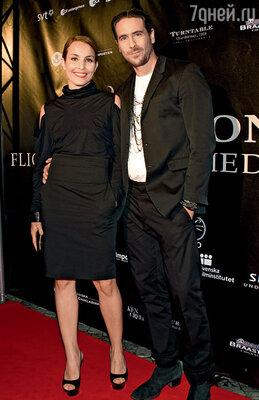 С бывшим мужем актером Ола Рапасом на премьере своего фильма «Девушка, которая играла с огнем». Стокгольм, сентябрь 2009 г.