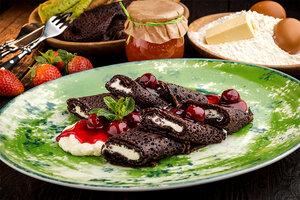 Шоколадные блины с вишневым соусом и сырным кремом: рецепт от шеф-повара Андрея Иванова