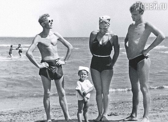 От отчаяния Смоктуновский предложил мне выйти за него замуж.  «Ты чокнулся?» — только и спросила я. Иннокентий (слева), Римма и Леонид. Махачкала, 1951 г.