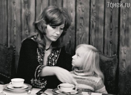 «Кристина маленькая тогда была, лет девяти, и вдруг начала зазнаваться, бабушке дерзить, со мной неподобающим тоном разговаривать... Ну и получила за это по полной программе. Сердце, конечно, кровью обливалось, но я сказала себе: «Это надо вышибить!»