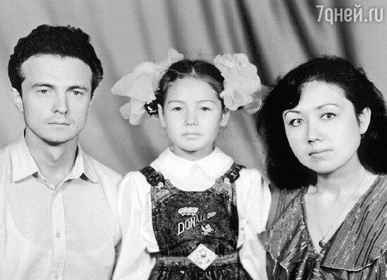 Ляйсан с мамой Зульфией и отцом Альбертом в день, когда пошла в первый класс