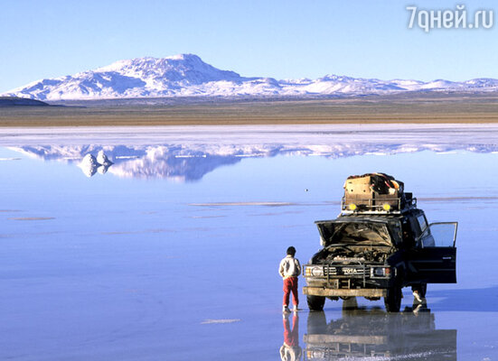 При всей сюрреалистичности эта соляная пустыня столь реальна, что по ней можно ходить, бегать, ездить на автомобиле!