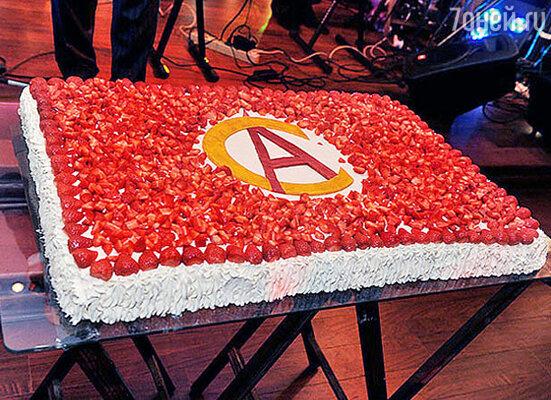 Праздничный торт с фирменным гербом ресторана