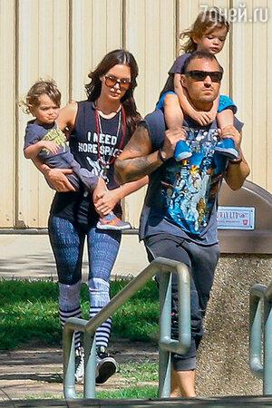 Меган Фокс с мужем Брайаном Остином Грином и сыновьями Ноа и Боди на прогулке в Лос-Анджелесе