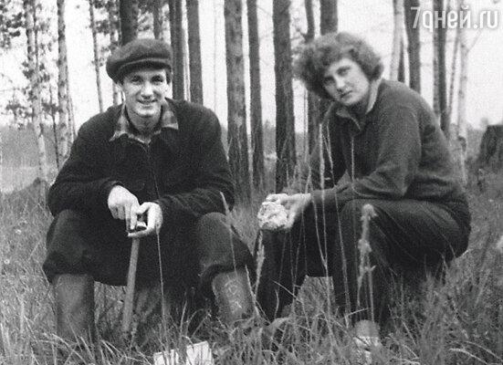 Непривычный ни для меня, ни для Саши сибирский климат приводил к тому, что мы не вылезали из разнообразных простуд. В экспедиции в Иркутске, 1953 г.