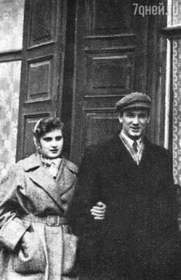 Жилье нашей молодой семье не полагалось, поэтому сняли комнату. С Сашей на фоне нашего первого дома, 1955 г.