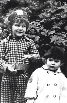 После того, как мы забрали Андрюшу из детского дома, выяснилось, что я беременна. Дочь появилась на свет, когда мне исполнилось 43 года. Андрей и Надя.
