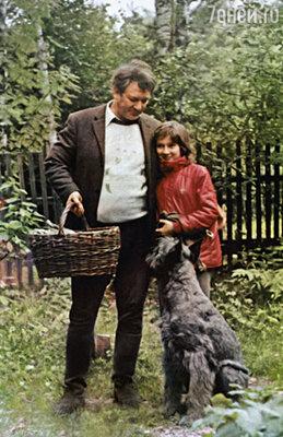 К чести Александра Борисовича, могу сказать: когда он был не в отъезде, к детям приходил каждый день. С Надей на даче, 1987 г.