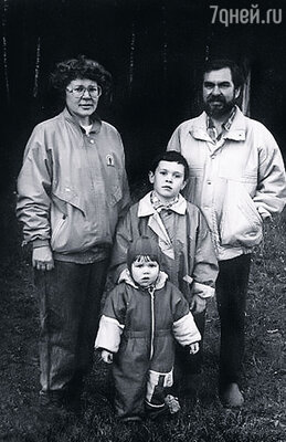 Наша дружная семья: мама, папа, старший брат Булат и я