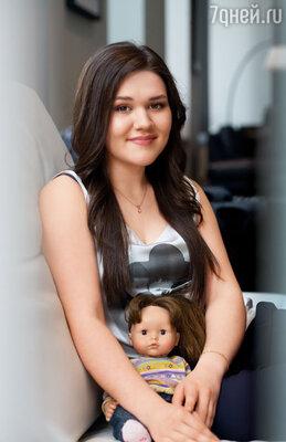 Мама сказала: «Эта кукла дорогая. У нас пока нет возможности ее купить». Тяжело вздохнув, я кивнула: «Ладно, придется обойтись»