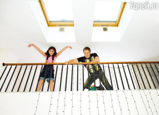 Три года назад Алексей и Надежда взяли ипотеку и купили оригинальную трехуровневую квартиру с окнами в крыше: на первом этаже — кухня и просторная гостиная, на втором — спальни, а на самом верху — детская