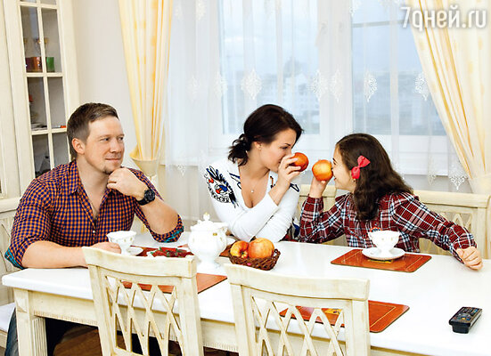 «Если не сидим на строгой диете, по очереди балуем друг друга чем-нибудь вкусненьким. По материнской линии Надя на четверть румынка, поэтому ее конек — национальные румынские блюда. А я специализируюсь на средиземноморской кухне...»