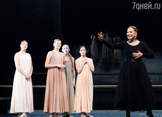 Людмила Максакова, появляющаяся то в роли старой няньки Татьяны Лариной, то в образе стильного и жесткого танцмейстера, ведущего балетный класс