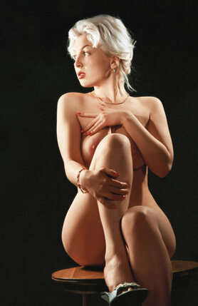 Саше нравилось смотреть на мое обнаженное тело. Он любил повторять: «Эту грудь обязательно должна видеть вся страна!»