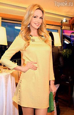 Виктория Лопырева на открытии ресторана, 2013 год
