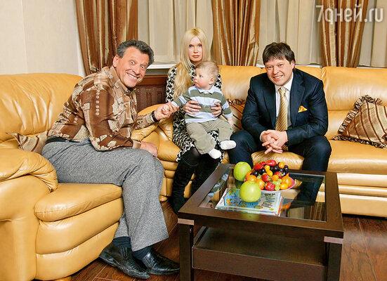 С сыном Максимом, его женой Светланой и внуком Кириллом