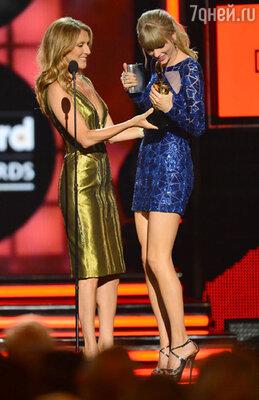 Селин Дион вручает награду Тейлор Вифт