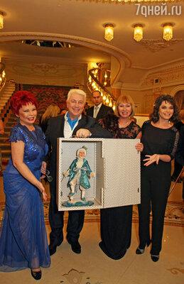 Наташа Королева преподносит Винокуру его кукольную копию