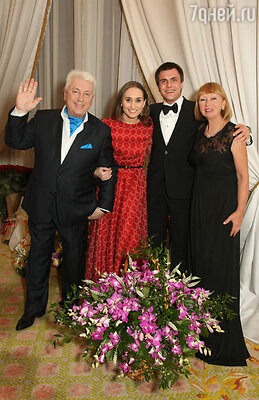 Владимир Винокур с супругой и Анастасия Винокур с женихом